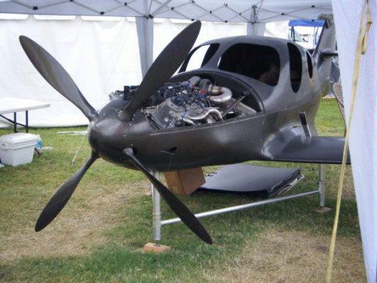هواپیما و ملخ هواپیما ساخته شده از کامپوزیت الیاف کربن
